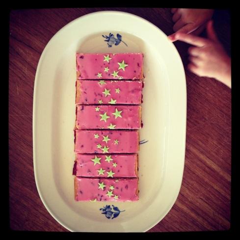 Pink hindbærsnitter med stjerner