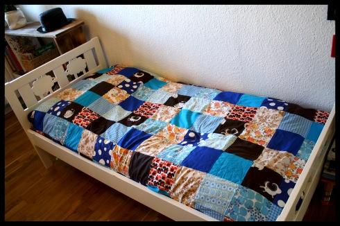 blåt sengetæppe patchwork